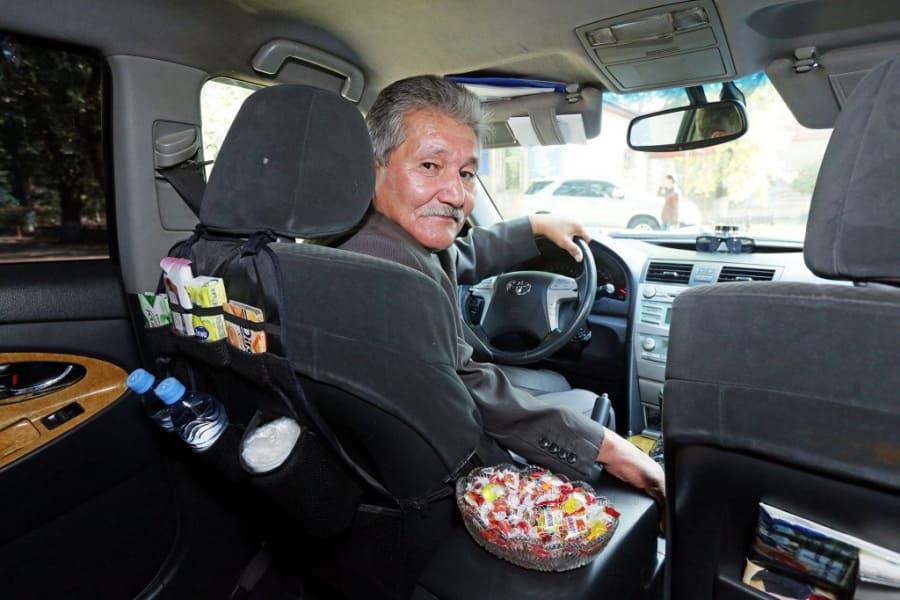 Берик Ахметов заботливый таксист из Алма-Аты