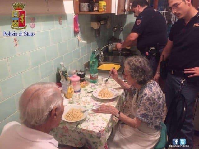 Спагетти для пожилой пары приготовили полицейские в Италии