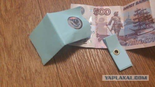 В Магнитогорске неизвестный раскидывает деньги в конвертах на улицах города