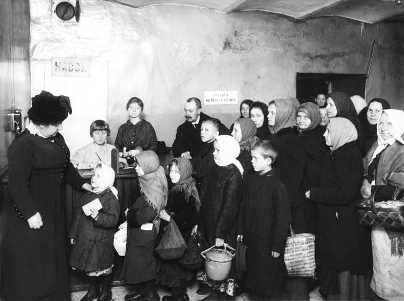 В 18 веке, во времена правления Екатерины I I были созданы специализированные учреждения для проживания и обучения детей из нищих семей